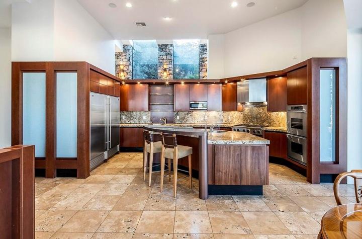 Kuchyň s ostrůvkem.