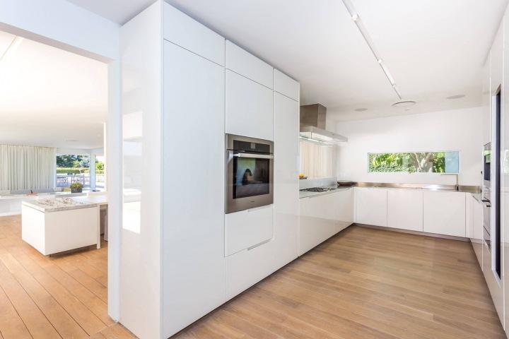 Prostorná a světlá kuchyně nabízí i pohled do jídelny.