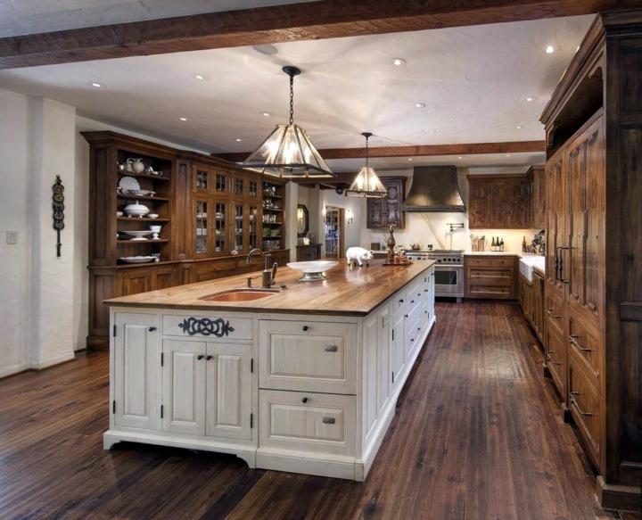 Kuchyň celá ve dřevě.