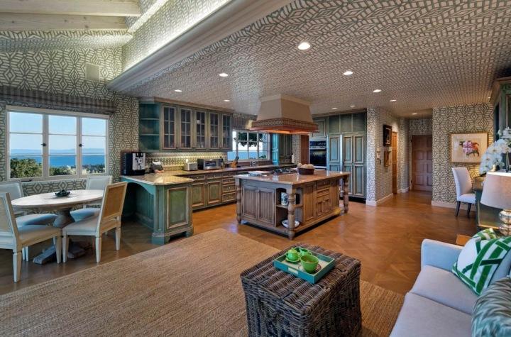 Kuchyň se zelenou tapetou.