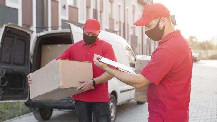 Kurýři doručují zásilky.