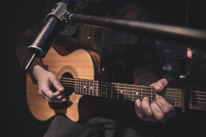 Muž hraje na kytaru.