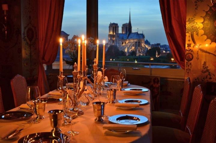 Výhled na katedrálu Notre Dame ze slávné restaurace Tour D