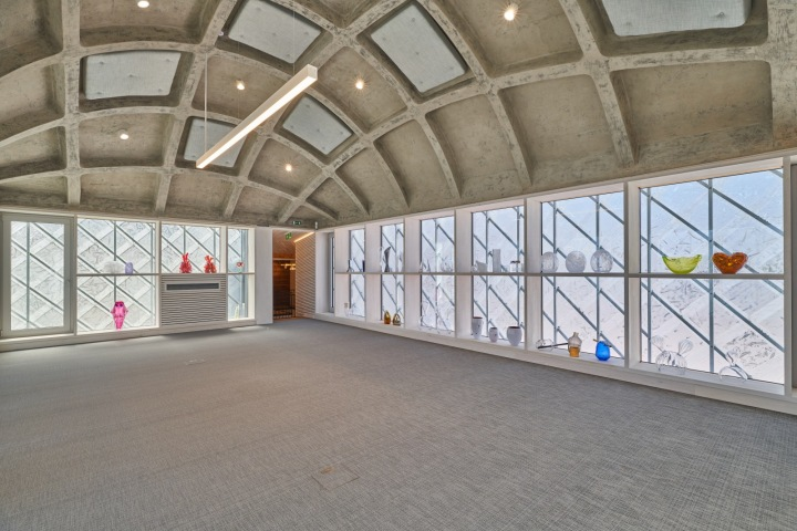V horním patře je nyní zasedací místnost. Zajímavý je tvar stropu.
