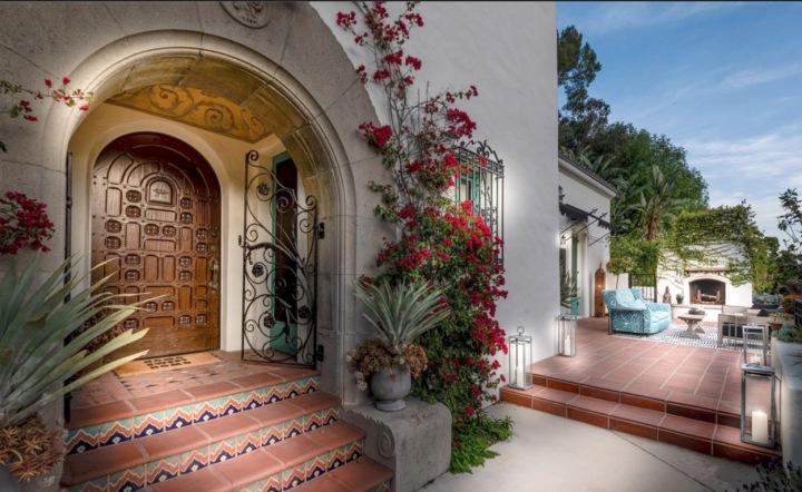 Původní dřevěné dveře jsou dokonalou ukázkou španělské koloniální architektury