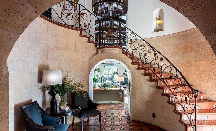 Ihned za dveřmi nás ohromní prostorná rotundová hala s kopulí a schodištěm