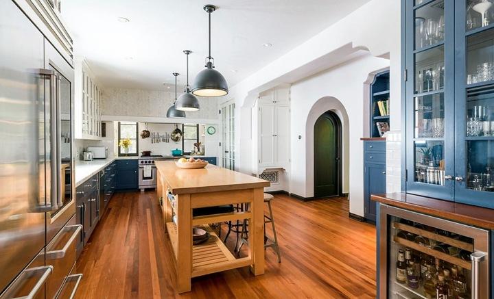 Kuchyně je ve zcela jiném stylu, světlá a moderní, se špičkovými spotřebiči