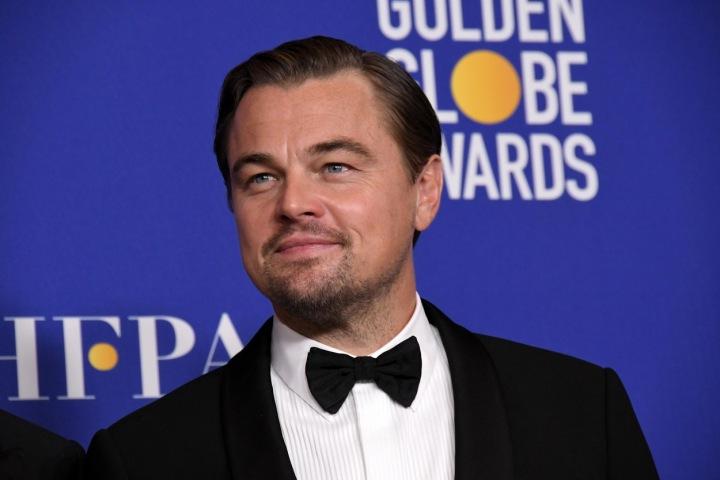 Leonardo DiCaprio ve smokingu