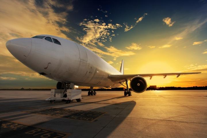 Letadlo na letišti.
