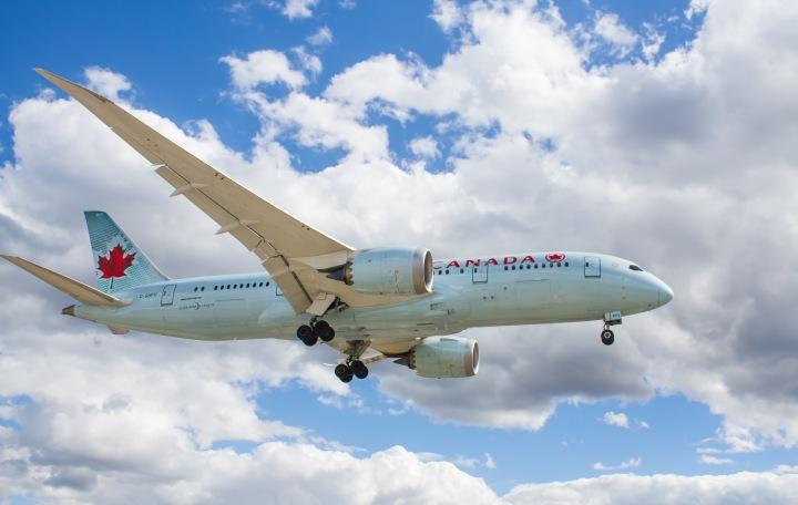 Letící letadlo u mezinárodního letiště v Torontu
