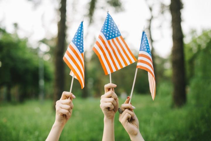 Lidé drží vlaječky