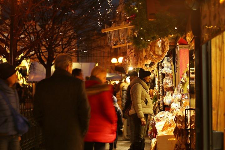 Lidé na vánočních trzích.