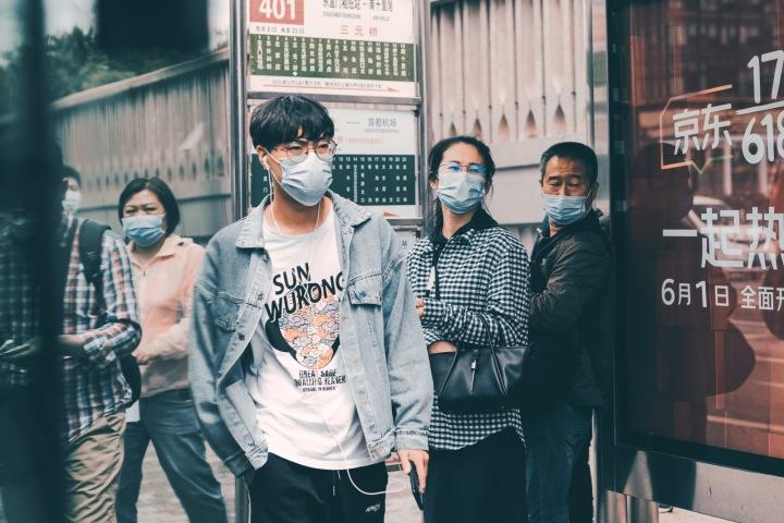 Lidé v Pekingu během koronavirové pandemie