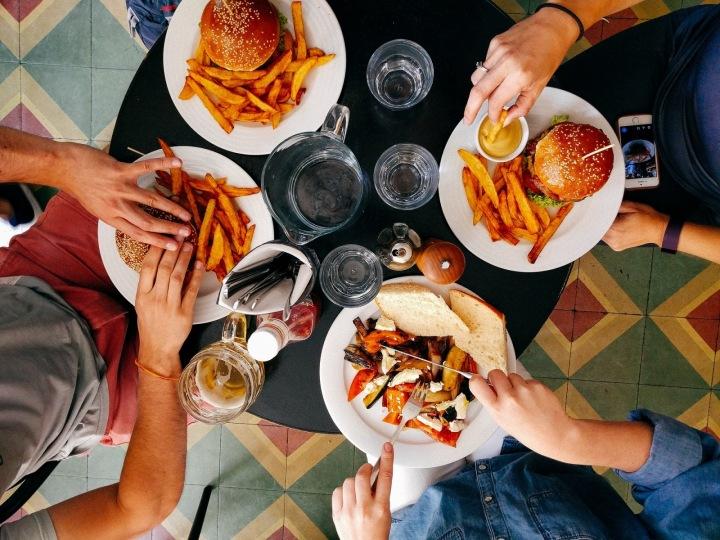 Lidé v restauraci na jídle.
