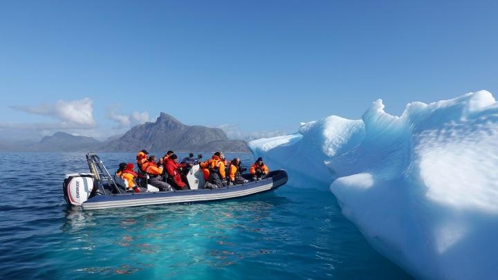 Lidé ve člunu v Grónsku