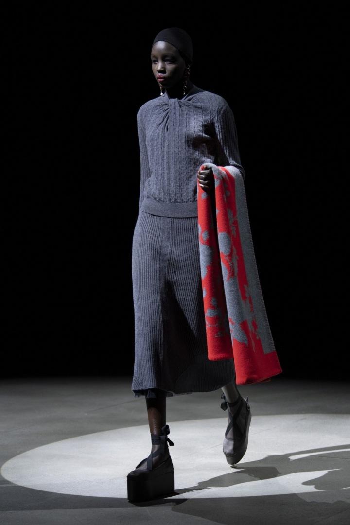 """Modelka v šedých dlouhých """"světových"""" šatech"""