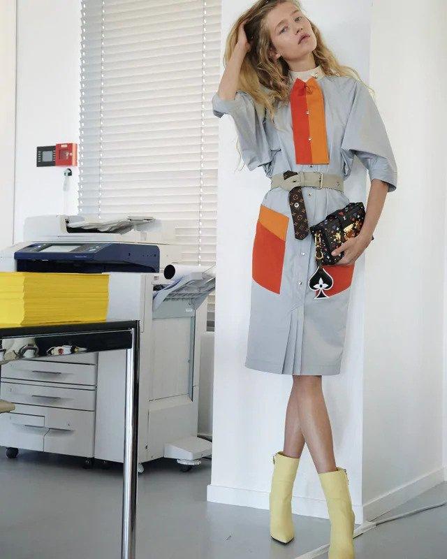 Žena v barevných šatech Louis Vuitton