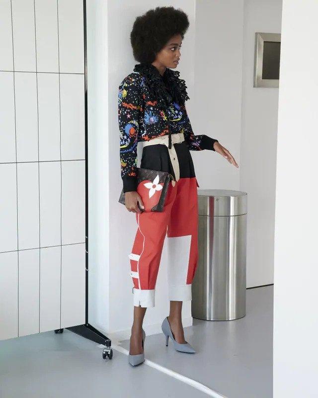 Žena v barevném modelu Louis Vuitton