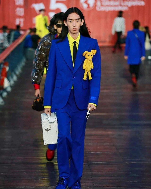 Muž v modrém obleku Louis Vuitton SS 2021