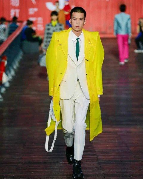 Muž v bílém obleku Louis Vuitton SS 2021