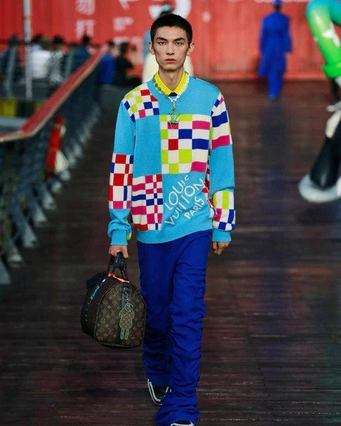 Muž v modrém svetru a modrých kalhotách Louis Vuitton SS 2021