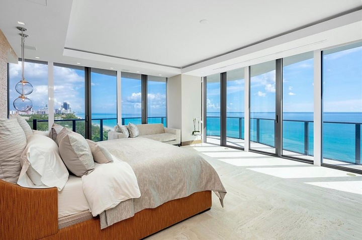Ložnice s výhledem na oceán.