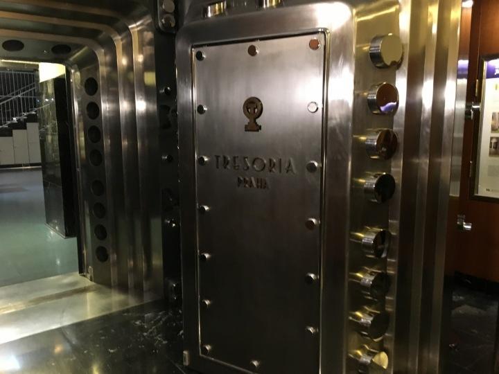 Dveře trezoru jsou těžké a nikdo se jich nesmí dotknout, až na školené výjimky.