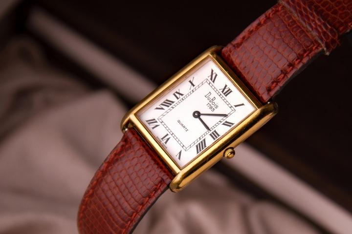 Zlaté hodinky s koženým páskem