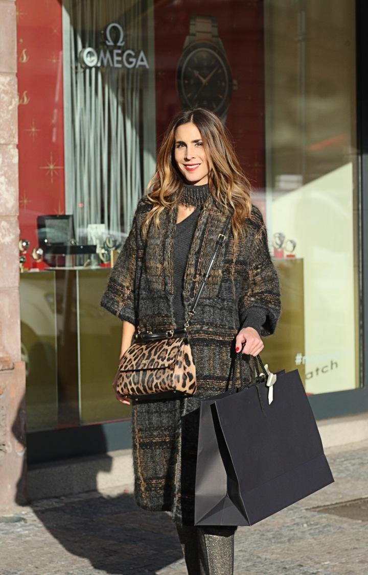 Žena na nákupech v Pařížské ulici.