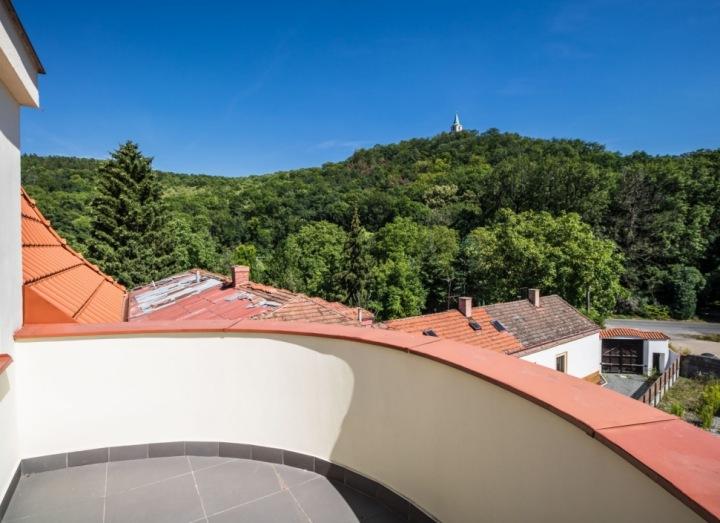 Luxusní výhled z vily v Šáreckém údolí