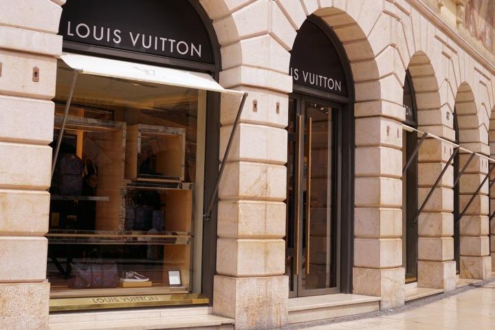 Prodejna Louis Vuitton.