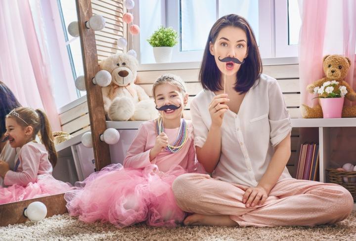 Maminka s dcerou si hrají.