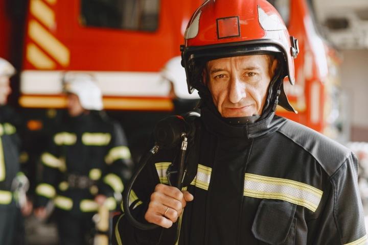 Muž v hasičské uniformě