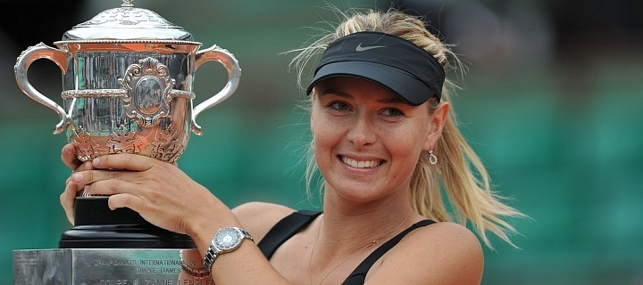 Maria Sharapova s pohárem.