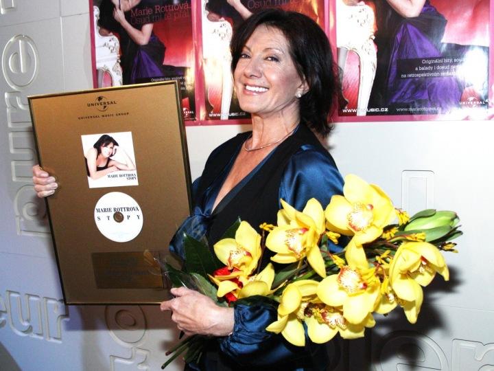 Marie Rottrová s oceněním a květinami