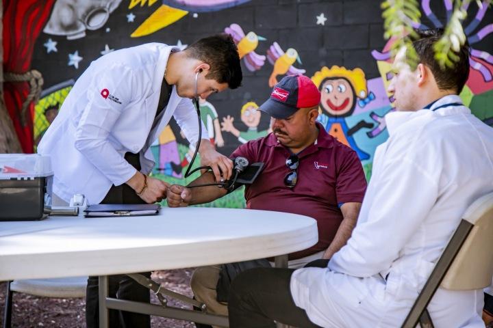 Lékař vyšetřující pacienta