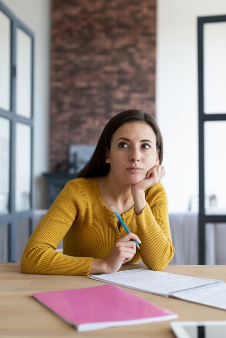 Dívka přemýšlí nad tím, jak si zařídí byt