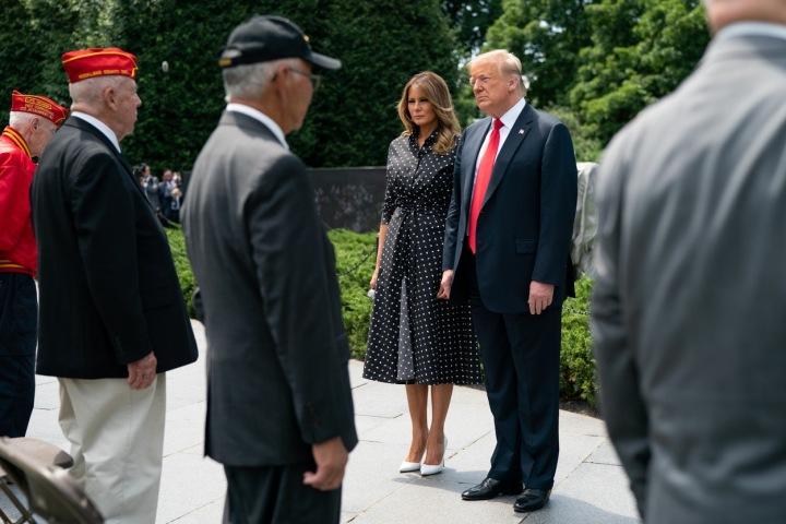 Melania Trump v černých šatech s puntíky