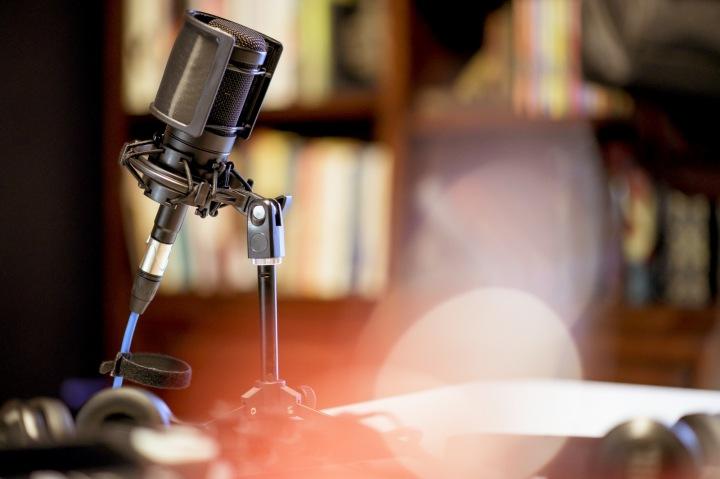 Mikrofon na stole.