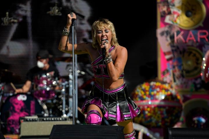 Miley Cyrus na pódiu.