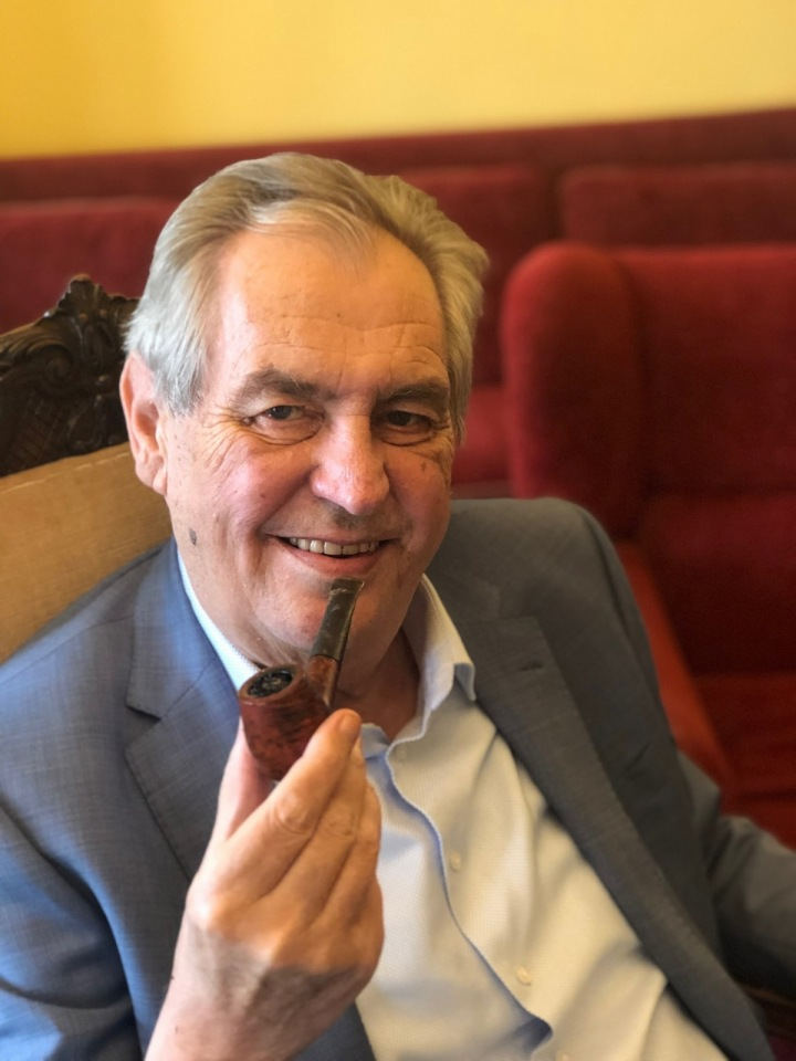 Miloš Zeman s fajfkou v Lánech