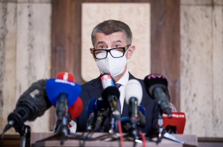 Ministr Babiš s rouškou a brýlemi