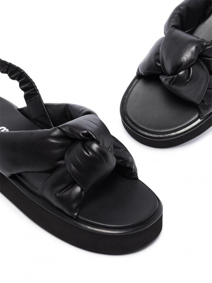 Sandály od značky Miu Miu.