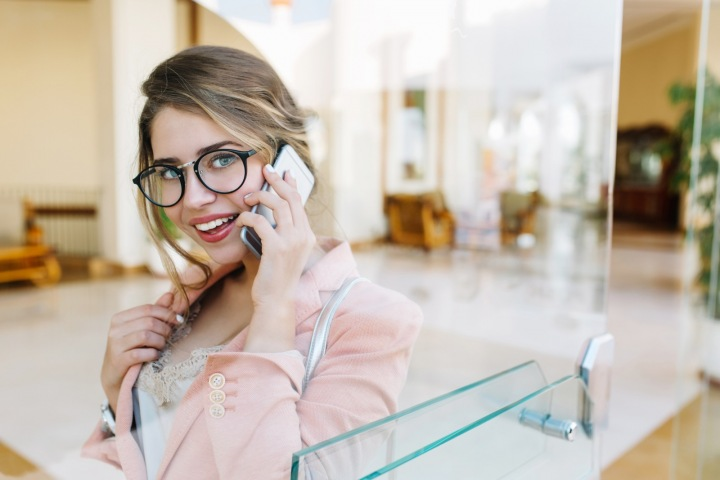 Mladá žena telefonuje
