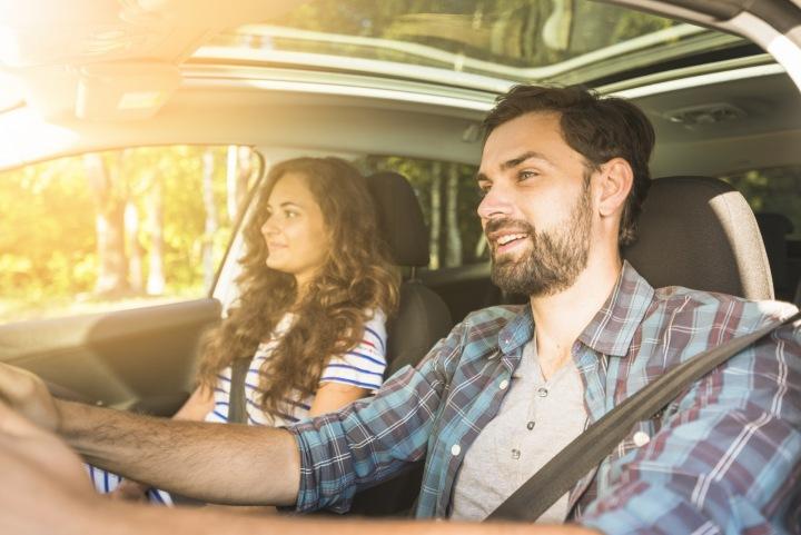 Mladý pár jede autem
