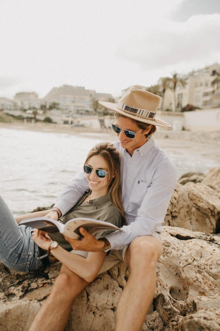 Mladý pár s knihou