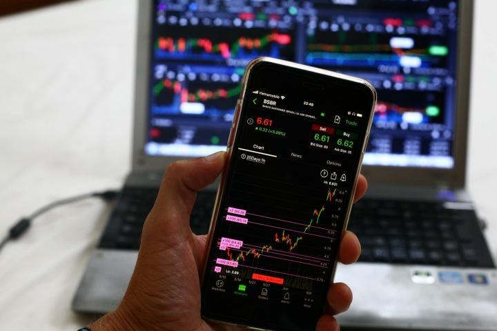 Mobilní telefon s akciemi