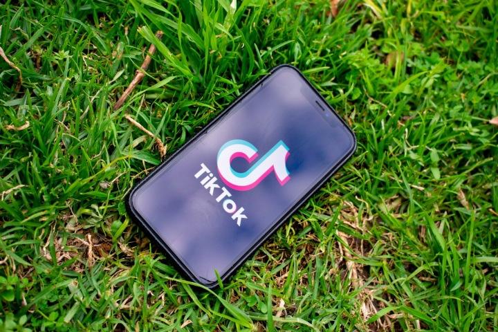 Mobilní telerfon s aplikací TikTok