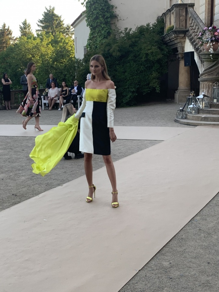 Modelka v barevných šatech.