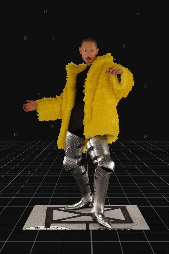 Model ve žlutém kabátu Balenciaga FW2021
